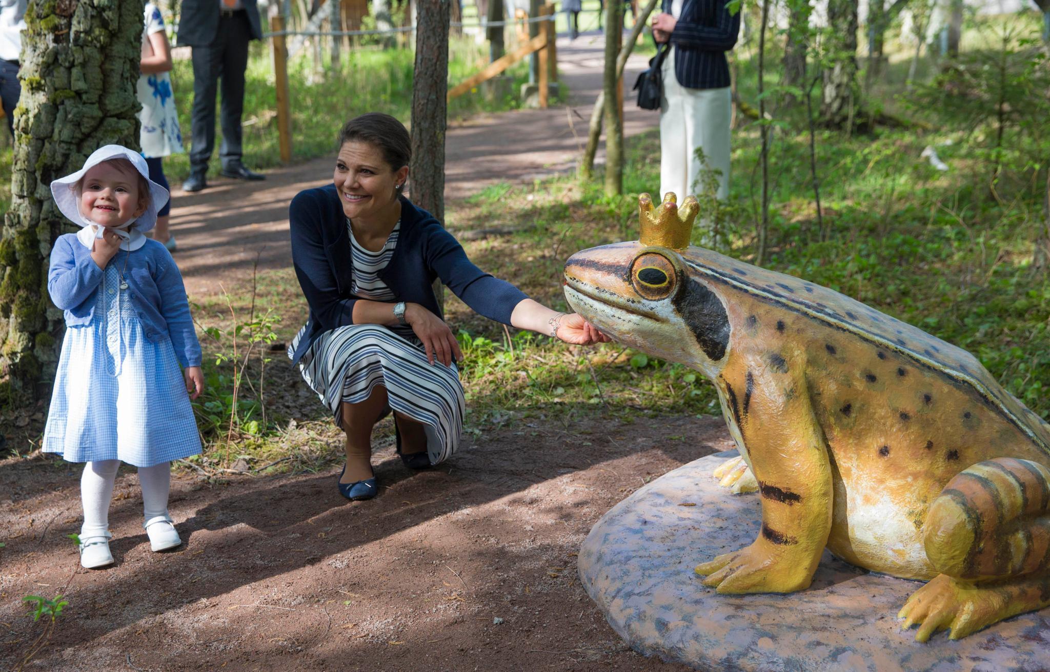 So sah es 2014 aus, als Prinzessin Estelle den Märchenpfad, den sie von Östergötland als Taufgeschenk bekam, eröffnete - den Frosch am Ende des Weges aber nciht küssen wollte.