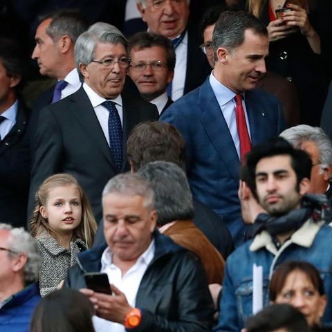 König Felipe mit seiner ältesten Tochter Prinzessin Leonor (li.) im Stadion.