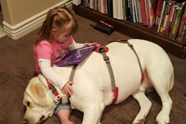 Sadie Brooks mit ihrem Hund Hero