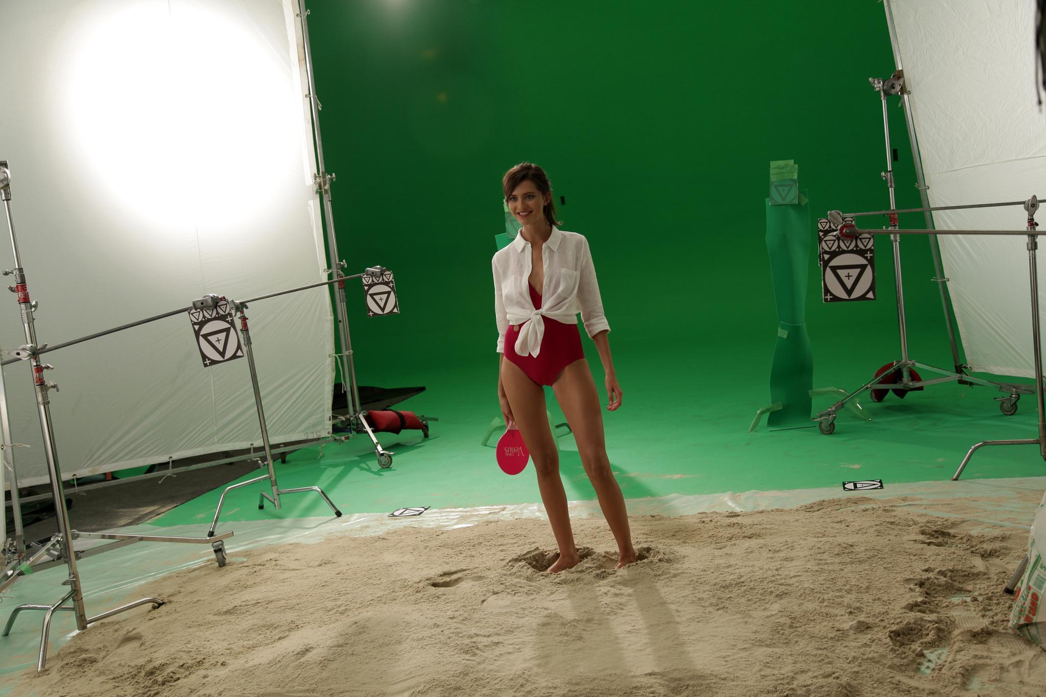 Auch wenn es im Fotostudio natürlich keinen echten Strand gab, hatte die Supermodelanwärterin viel Spaß.