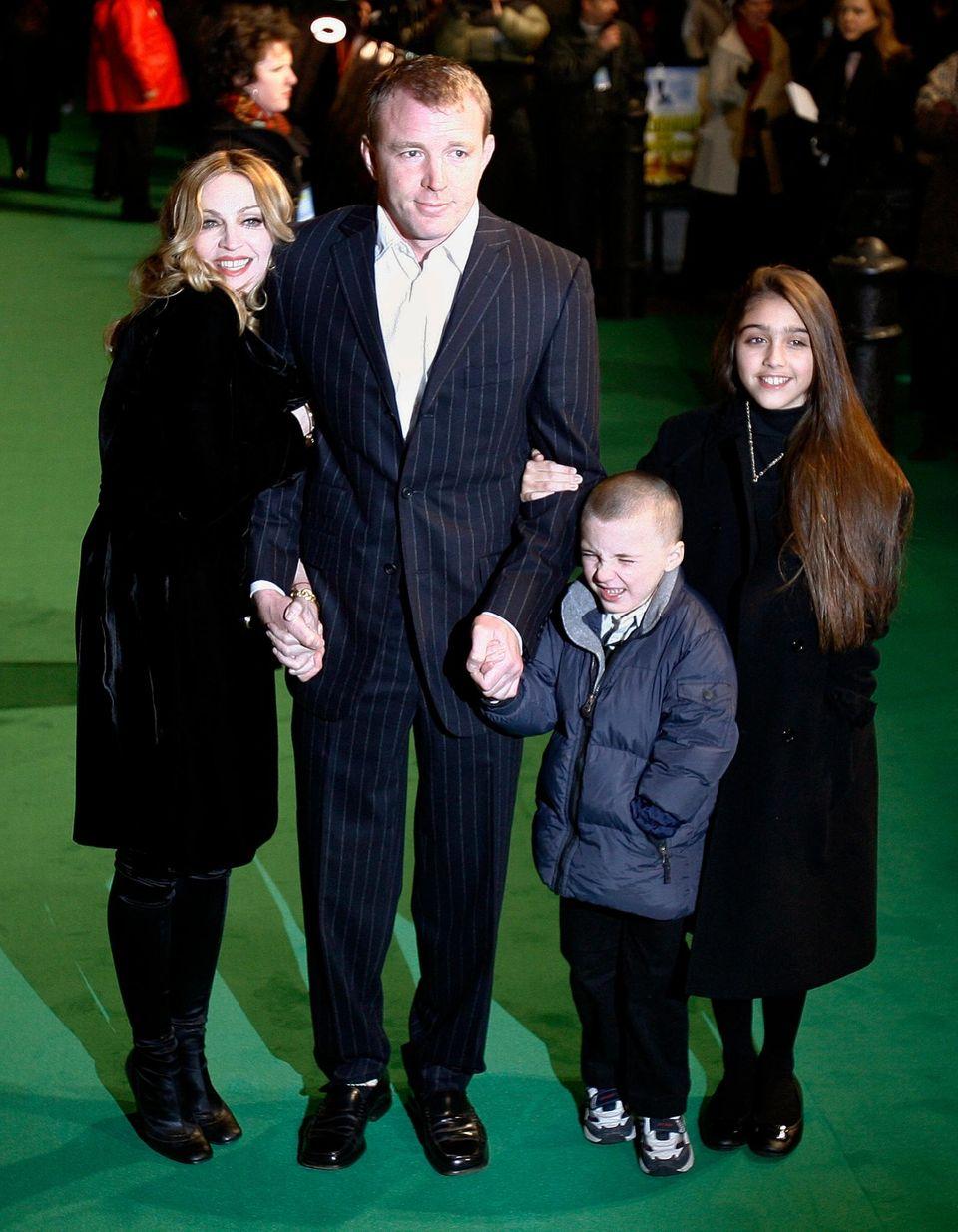 Oktober 2008, ein Bild aus besseren Tagen: Madonna mit ihrem damaligen Mann Guy Ritchie, dem gemeinsamen Sohn Rocco und Lourdes (Tochter von Madonna aus der Beziehung mit Carlos Leon).