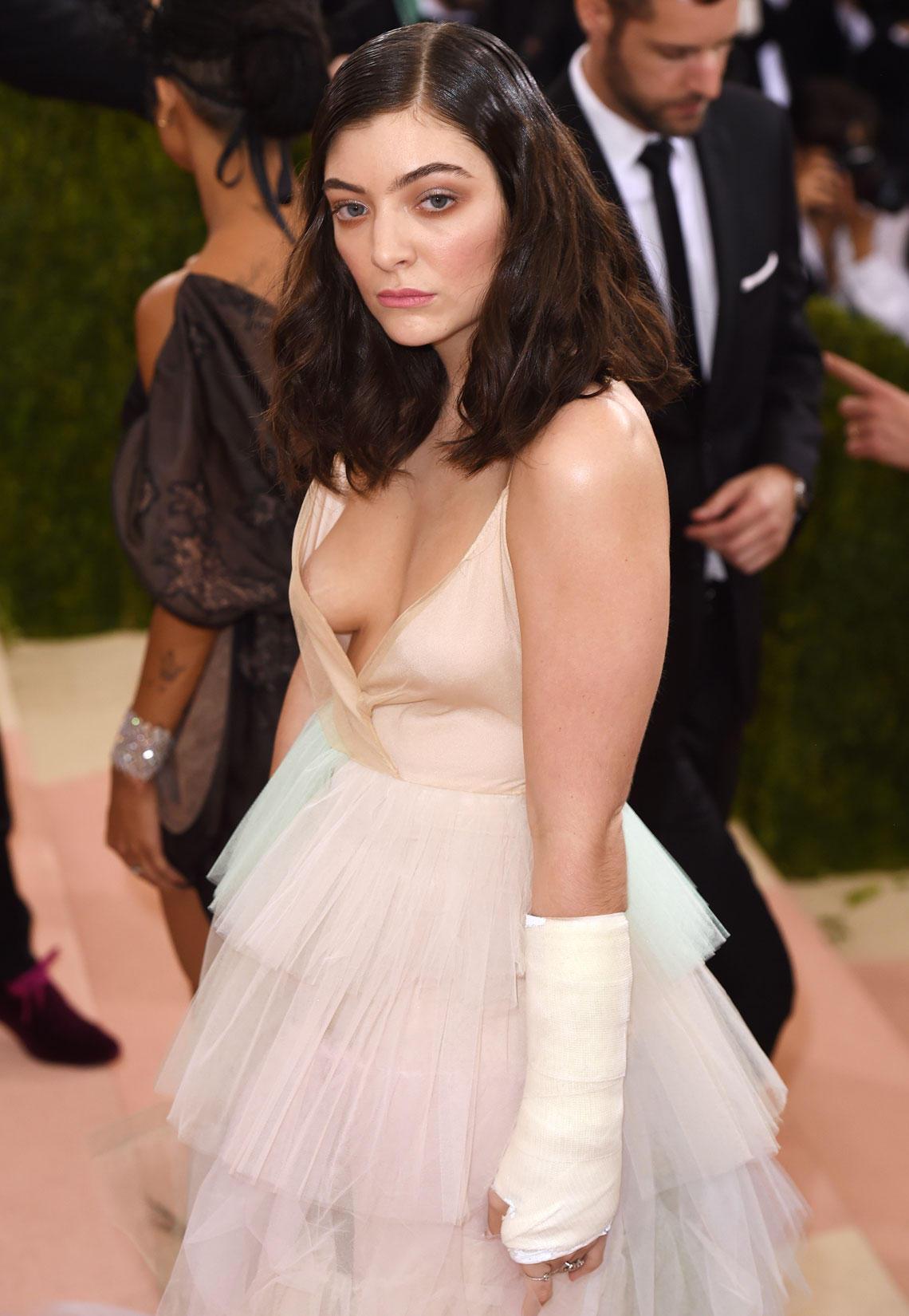 Oops! Lorde Kleis verrutscht unvorteilhaft und gibt den Blick auf ihre Brust frei.