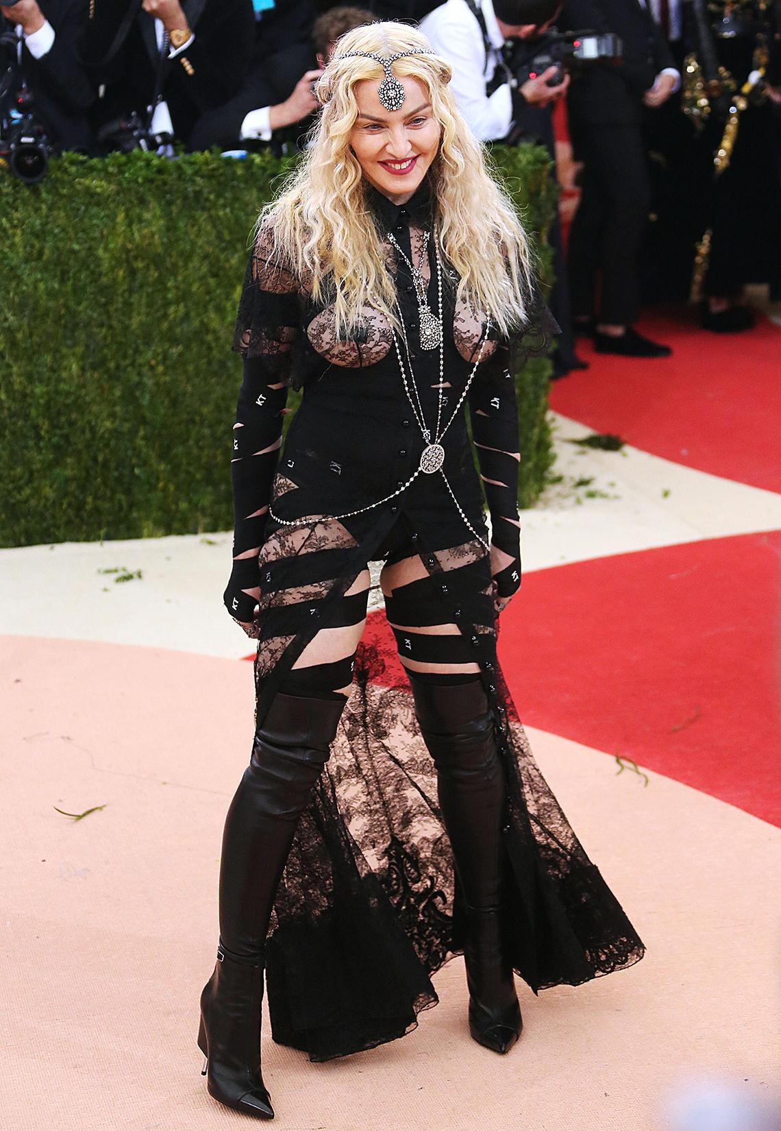 Machen wir es kurz: Madonna und ihr Look von Givenchy sind absolute Weggucker und gehören nicht auf einen roten Teppich.