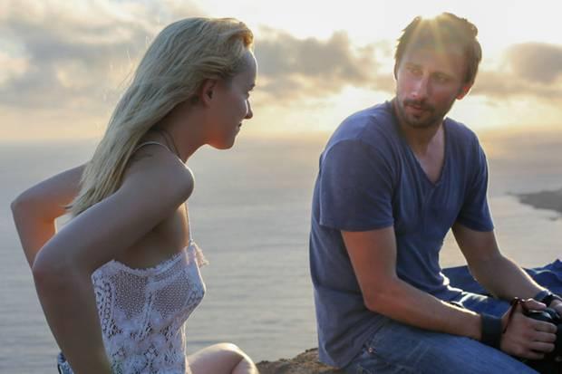 Penelope (Dakota Johnson) und Paul (Matthias Schoenaerts) unterhalten sich gern.