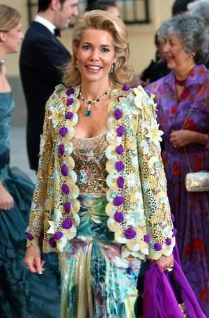 2004 nimmt die Begum an der Hochzeit von Prinz Felipe in Spanien teil. Das Schmuckstück an ihrem Hals ist eine Smaragd- und Diamant-Halskette von Cartier.