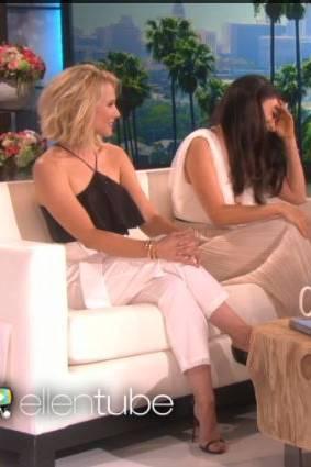 Mila Kunis vergräbt ihr Gesicht vor Verlegenheit.