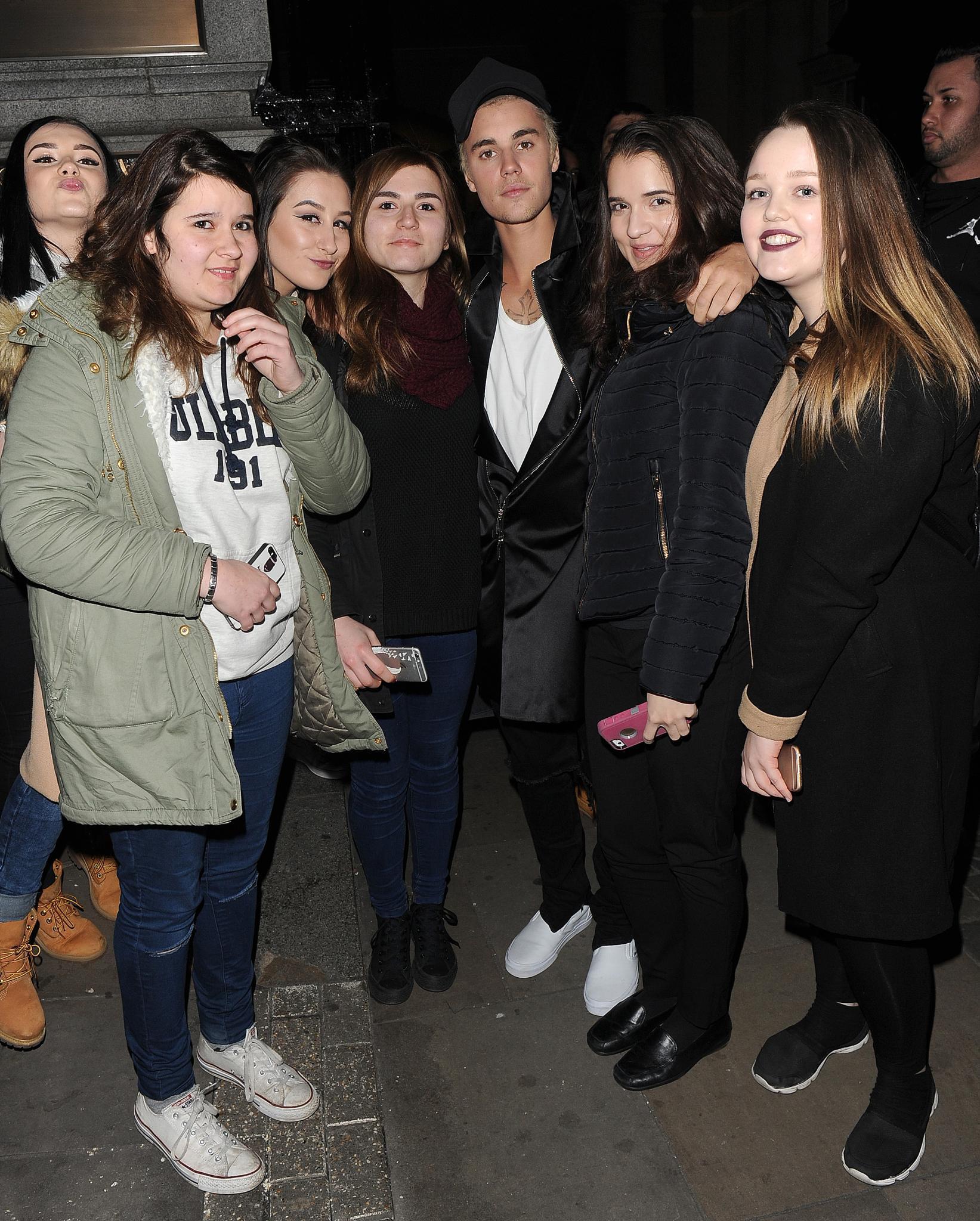 Justin Bieber posiert mit Fans