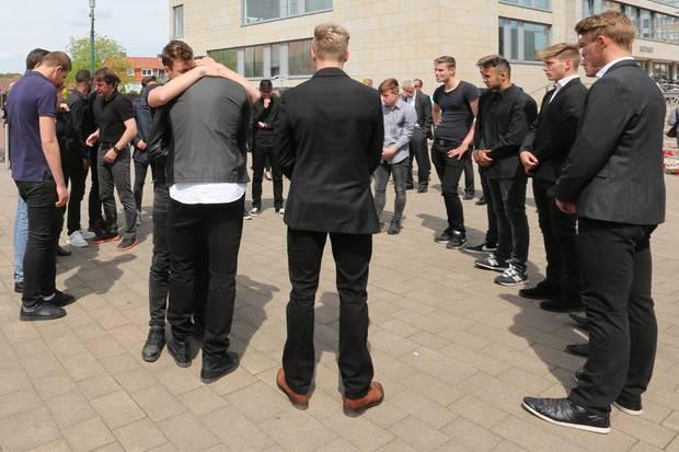 Angehörige, Freunde und Mitspieler haben sich bei der Trauerfeier für Niklas Feierabend zusammengefunden.