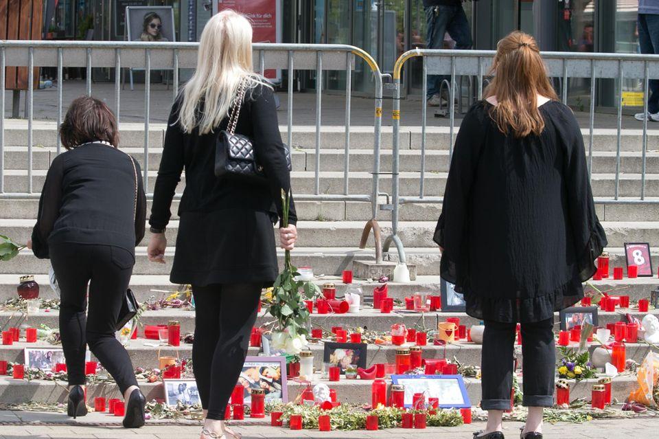 Ein Blumenmeer auf den Stufen zur Kirche bei der Trauerfeier von Niklas Feierabend.