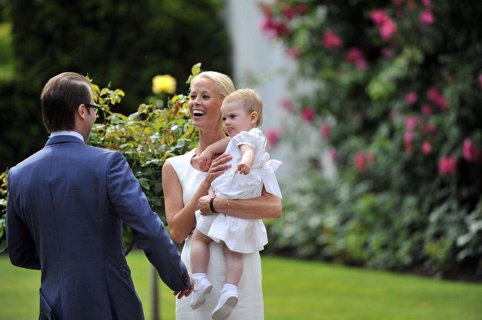 Karolin Johansson ist ein Multitalent: Die Hofchefin der Kronprinzessin springt auch ein, wenn Estelle - wie hier 2013 - kurz jemand zum Trösten braucht.