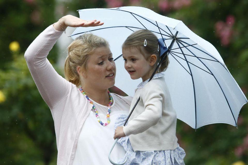 Prinzessin Estelle mit ihrem Kindermädchen Katie 2015 vor Schloss Solliden.