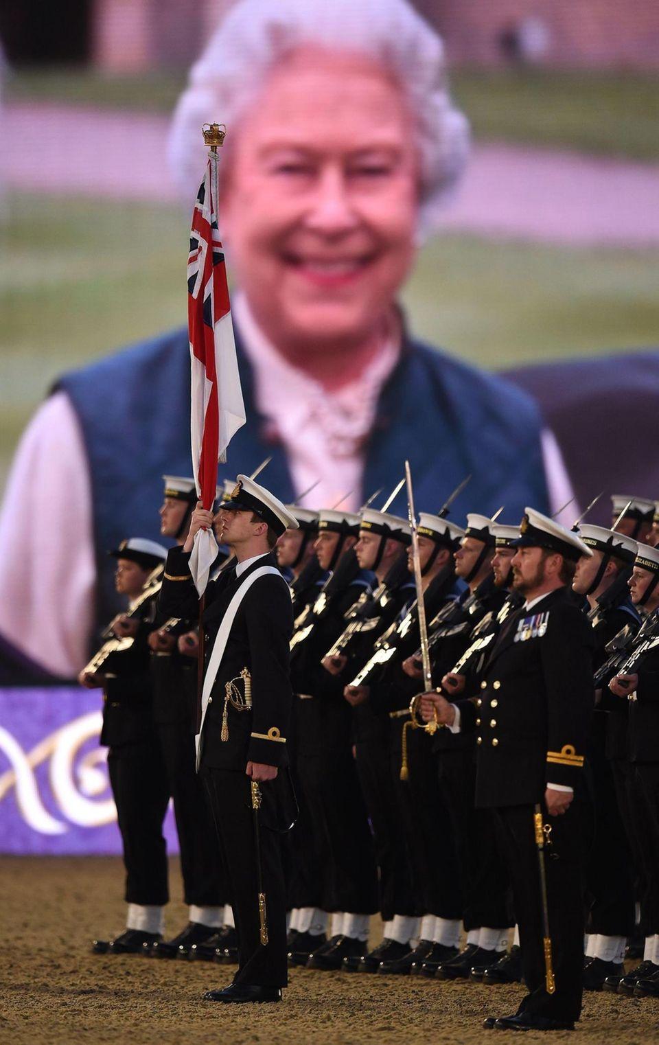 """Die erste Show fiel ins Wasser, am Donnerstag klappte es aber. Mitglieder der """"Royal Navy"""" treten dabei ebenso auf wie insgesamt 1.500 Akteure und rund 900 Pferde. Und das alles zu Ehren der Königin."""