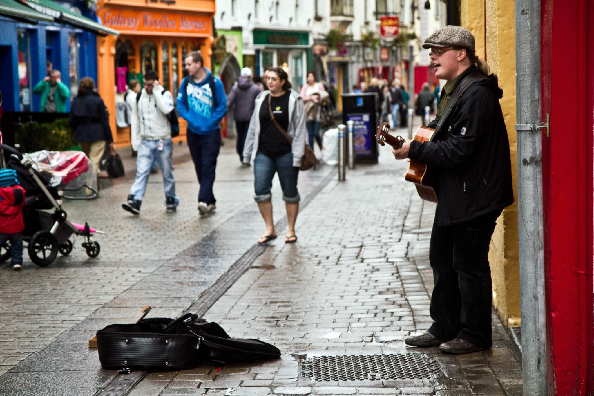 Back to the roots: Angelo Kelly versucht sich wieder als Straßenmusiker.