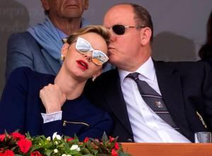 17. April 2016  Bei dem ATP-Tennisturnier in Monaco fangen die Fotografen einen selten intimen Moment zwischen Fürstin Charlène und Fürst Albert ein. Zärtlich küsst Albert seine Frau auf die Stirn, das Tennismatch wird dabei zur Nebensache.