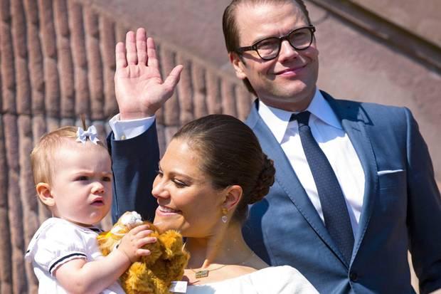 Im Jahr 2013 öffneten Prinzessin Victoria und Prinz Daniel die Tore und hatten Prinzessin Estelle, die zu dem Zeitpunkt dreieinhalb Monate alt war, auf dem Arm.