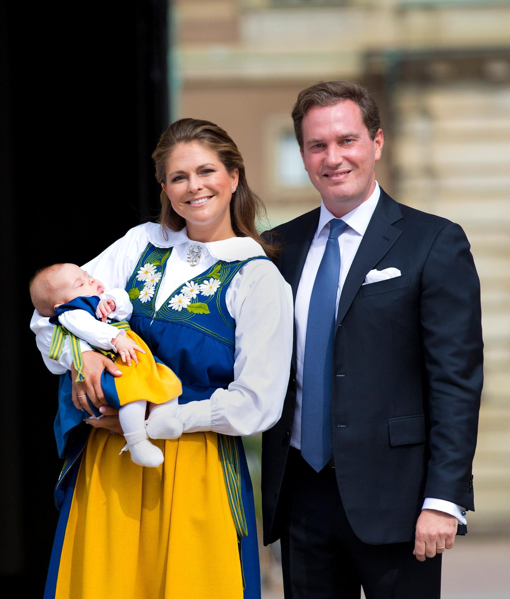 Prinzessin Madeleine und Ehemann Chris O'Neill öffneten 2014 am Nationalfeiertag die Tore des Königlichen Schlosses und hatten dabei auch Mini-Prinzessin Leonore (in süßer Tracht) auf dem Arm.