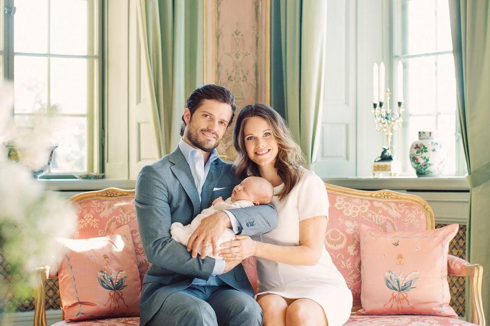 Happy: Die jungen Eltern Carl Philip und Sofia mit Alexander. Zu ihren Füßen thront der zweite Liebling der Familie, Hündin Siri