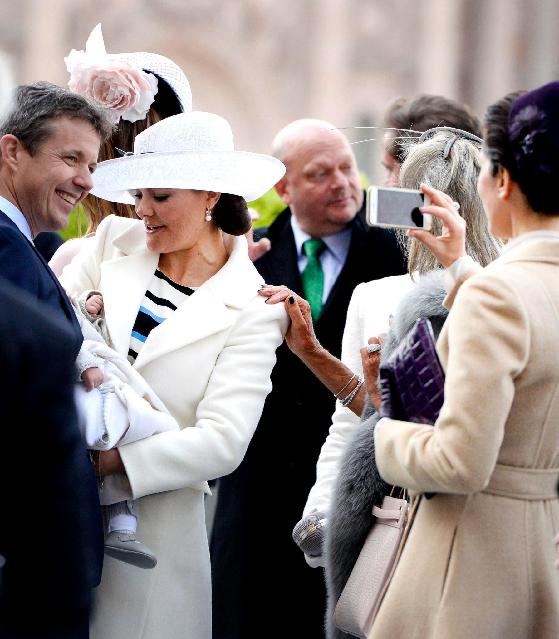 Ob hier schon der künftige Pate mit seinem Patensohn posiert? Prinzessin Mary macht einen Schnappschuss vom kleinen Oscar mit Ehemann Frederik.