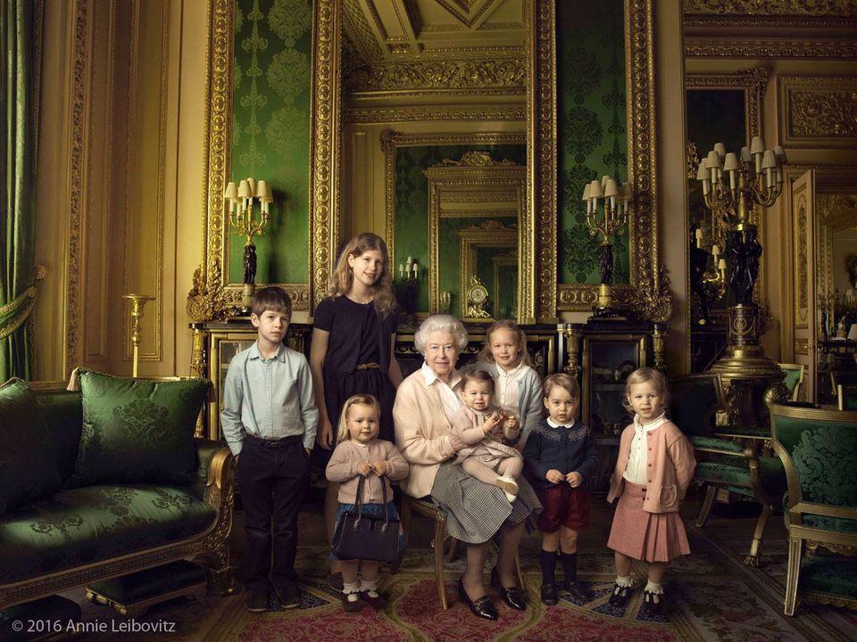 Queen Elizabeth II mit ihren jüngsten Enkeln und Urenkeln