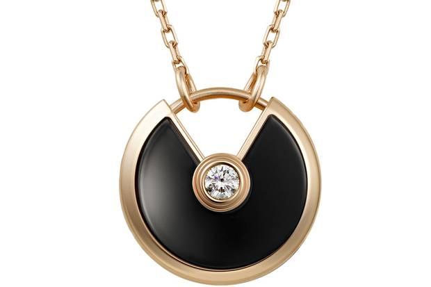 Der Rundbogen aus massivem Gold hält einen Onyx, der als Stein der Kraft und des Absoluten gilt. Als Amulett könnte er durchaus das Durchhaltevermögen seiner Trägerin stärken.