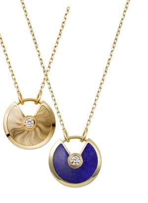 """Der Reichtum dieser Erde schmückt die Trägerin der """"Amulette de Cartier""""-Anhänger: Guillochiertes Gold wirkt mit seiner Strahlkraft wie ein ganz persönlicher Glücksbringer. Der Lapislazuli weckt Assoziationen an den Himmel und ist liebevoll verarbeitet ein azurblaues Schmuckstück für die Unendlichkeit."""