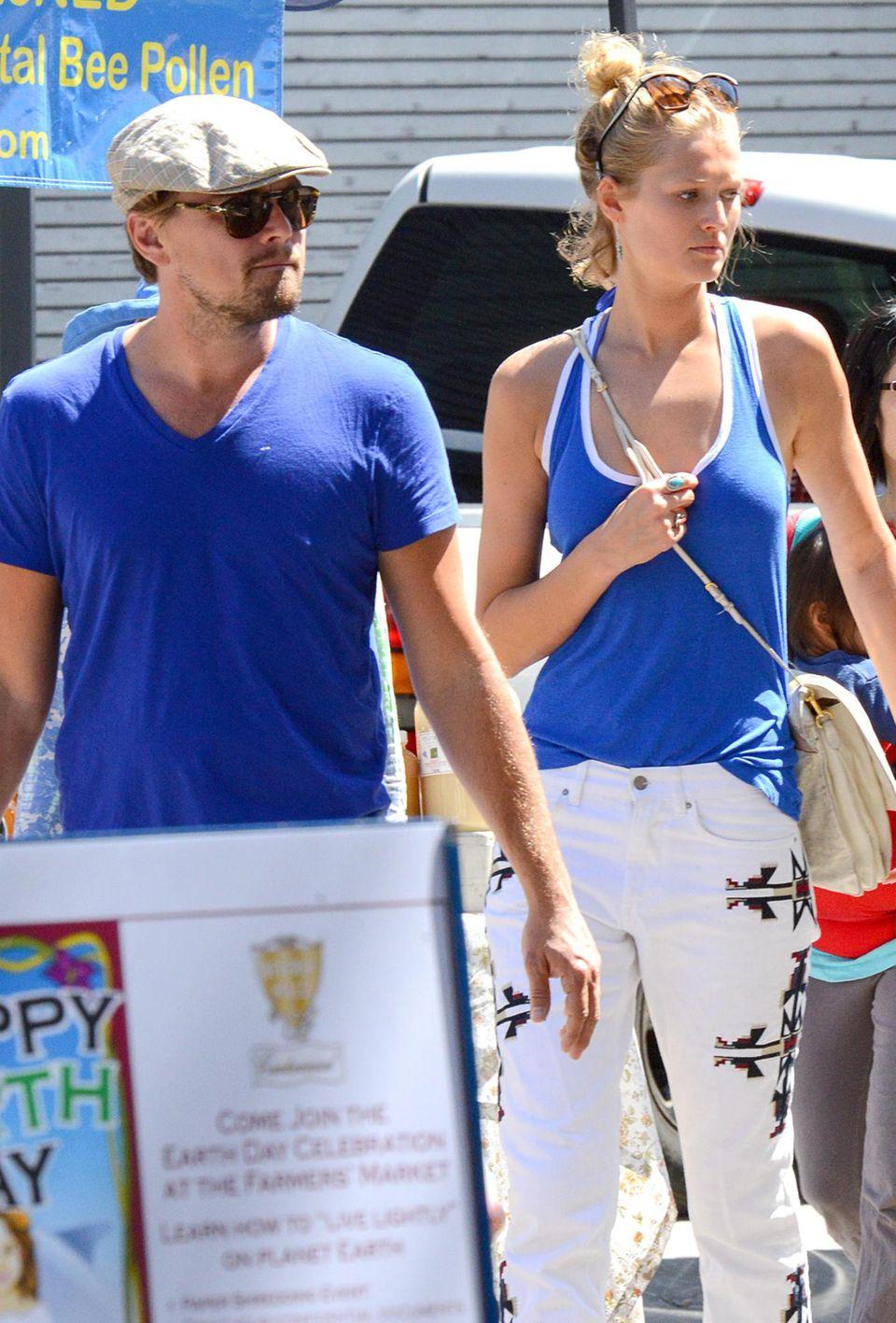 Da prickelt nix: Leonardo DiCaprio ist nicht gerade als Gute-Laune-Bär bekannt. Zärtlichkeiten in der Öffentlichkeit? No way! Hier spaziert er 2014 mit Freundin Toni über den Farmers-Markt in Los Angeles