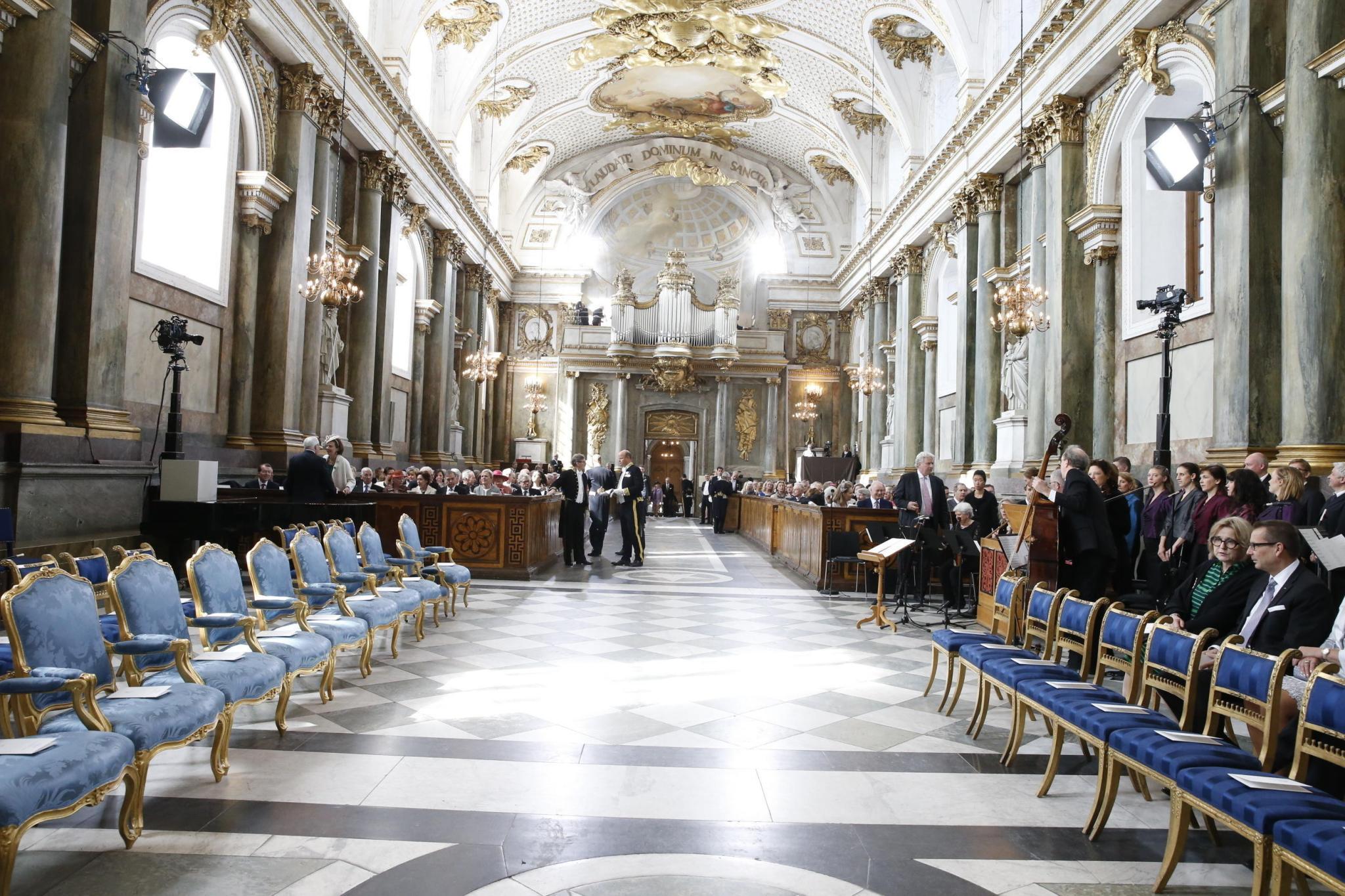 Ein Blick vom Altar in den Innenraum der Kirche.