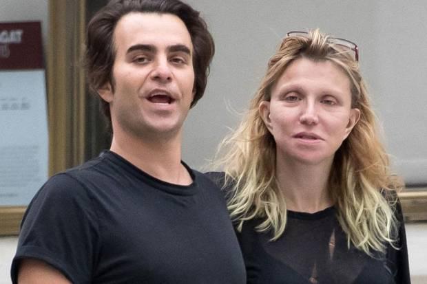 Völlig entstellt und maskenhaft: Courtney Love ist auf neuesten Fotos kaum mehr zu erkennen. Mit ihrem Lover Nicholas Jarecki war sie in New York unterwegs.