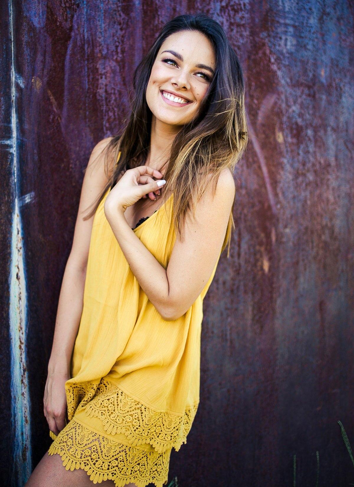 Janina Uhse strahlt etwas ganz Natürliches aus. Hautreinigung ist ihr wichtig, tagsüber Sonnenschutz und nachts lässt sie gerne eine Maske einwirken. Mit all ihren Pflegeneuheiten im Bad könne sie einen ganzen Kosmetikladen bestücken, meint sie im GALA-Interview.