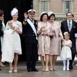 Vor dem Schloss posieren Victoria und Daniel mit ihren Kindern und Eltern.