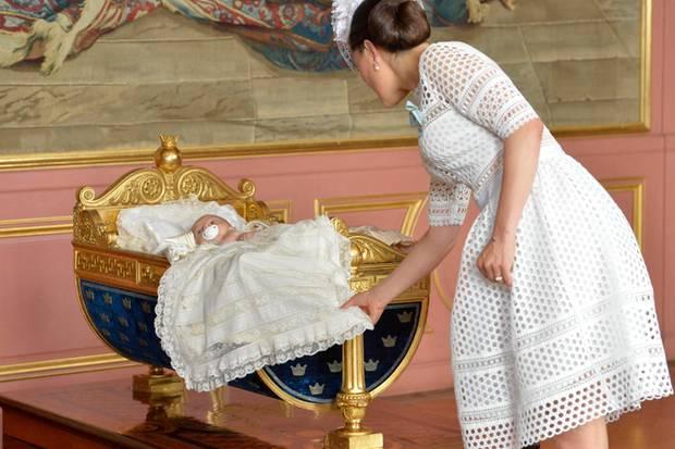 In der Wiege Karls XV. liegt Prinz Oscar zum Taufempfang gebettet.