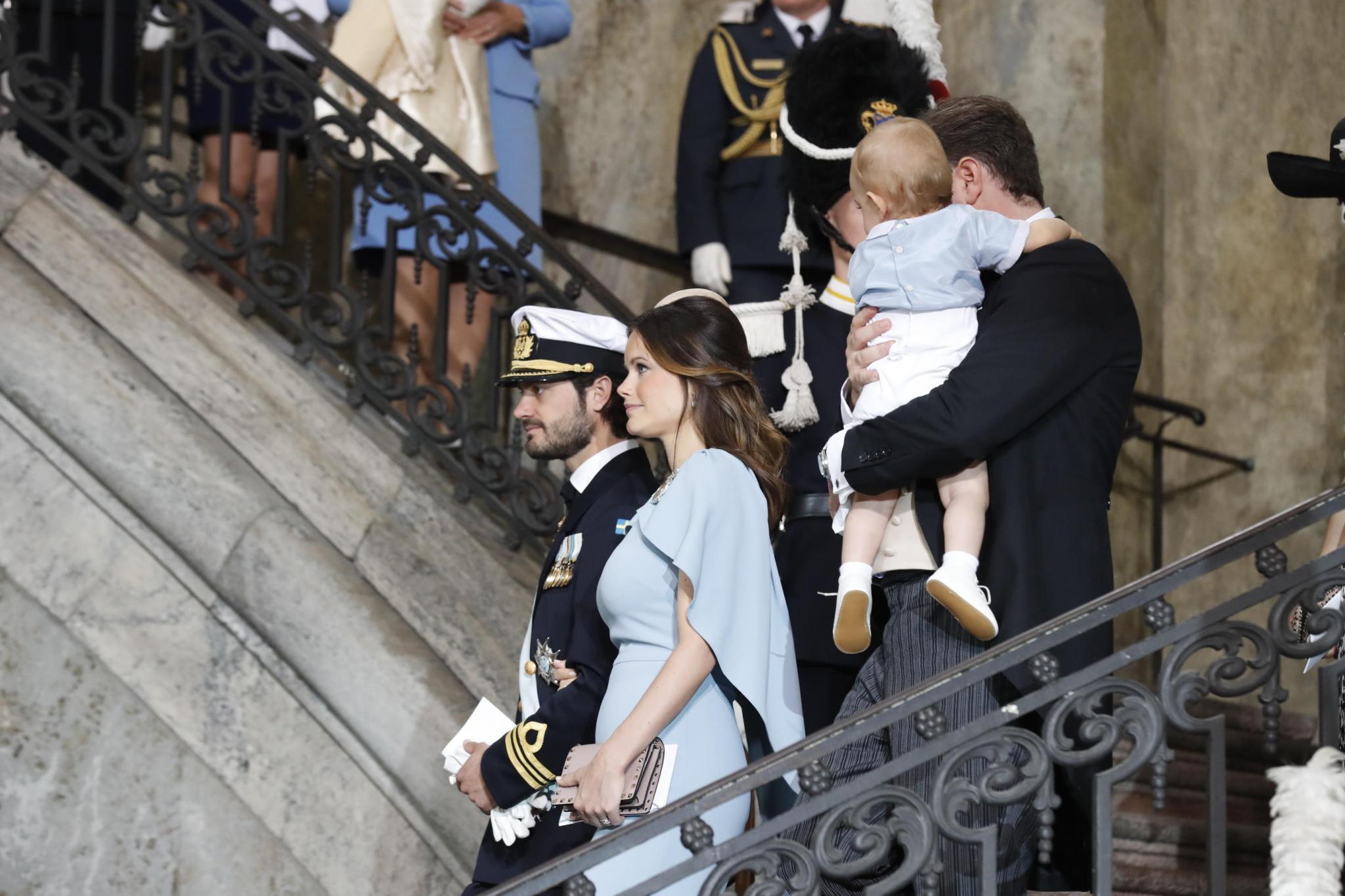 Nach und nach verlassen die Gäste, hier Prinz Carl Philip und Prinzessin Sofia, die Kirche über die große Treppe.