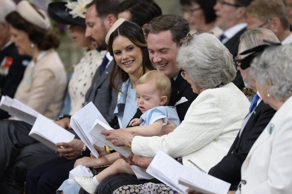 Nicolas schaut neugierig in die Gottesdienstordnung, die er sich mit seiner Großtante teilt.
