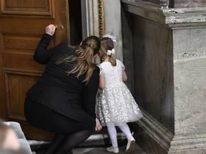 Was wohl hinter der Tür ist? Estelle und eine der Nannys, die sich im Hintergrund gehalten hatten, schauen nach.