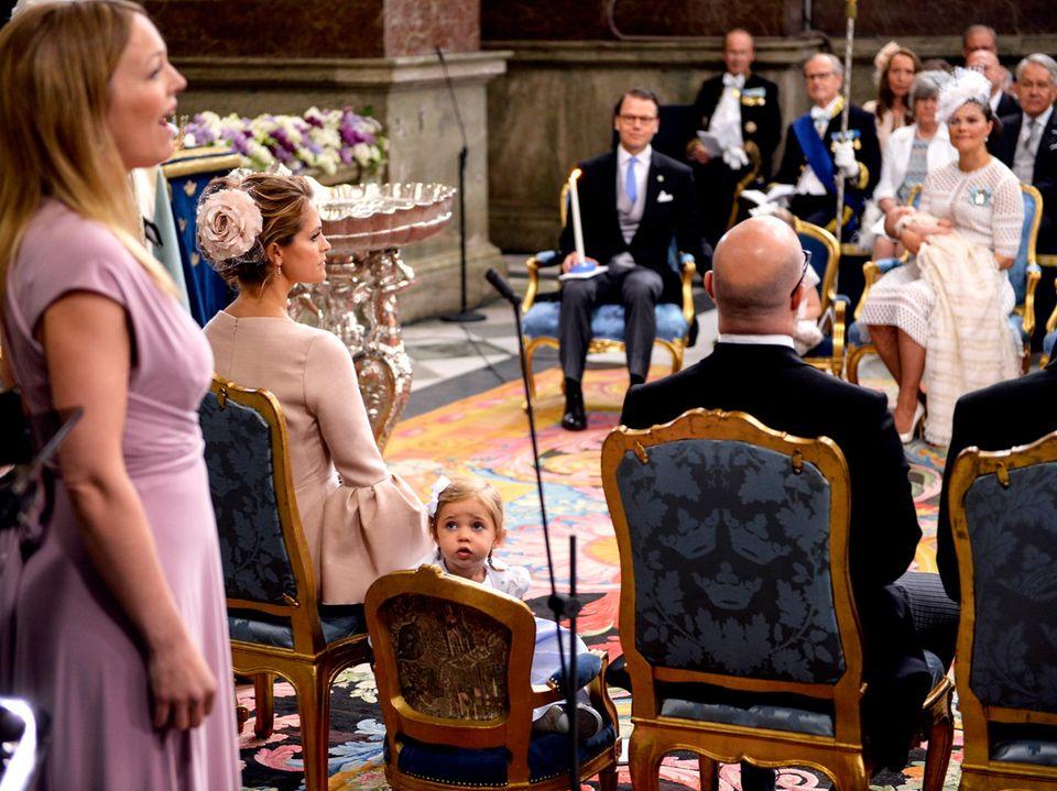 Und was passiert da? Leonore schaut sich nach der Sängerin um - und fällt danach beim Herumturnen fast mit dem Stuhl um. Nix passiert, Oscars Pate Oscar Magnuson war zur Stelle.