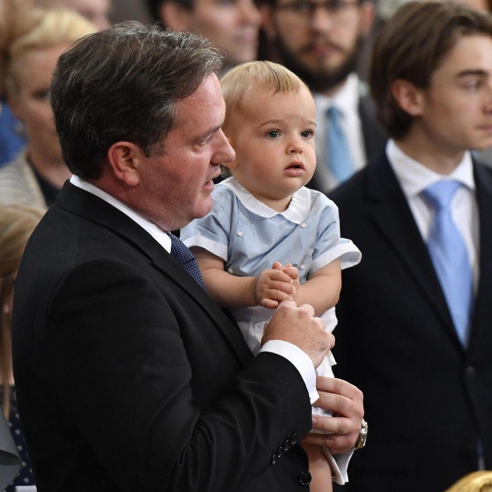Da staunt der kleine Prinz: Bei einer royalen Taufe war er noch nie dabei - außer bei seinen eigenen natürlich.