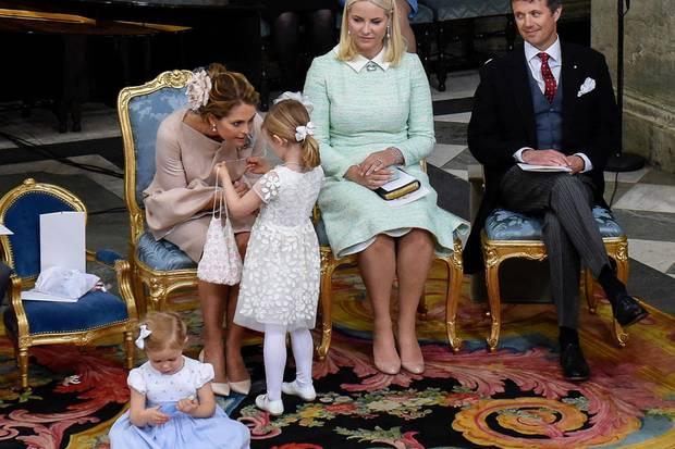 Die kleinen Prinzessinnen haben beide Beutel dabei, in denen sich etwas verbirgt, das sie bei Laune hält. Und natürlich kann einem beim Öffnen auch Tante Madeleine helfen.