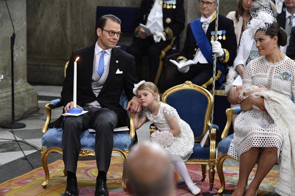 Kleiner Durchhänger: Prinz Oscar schlummert auf Mama Victorias Arm, Estelle stützt sich bei Papa Daniel auf die Hand und schaut gedankenverloren.