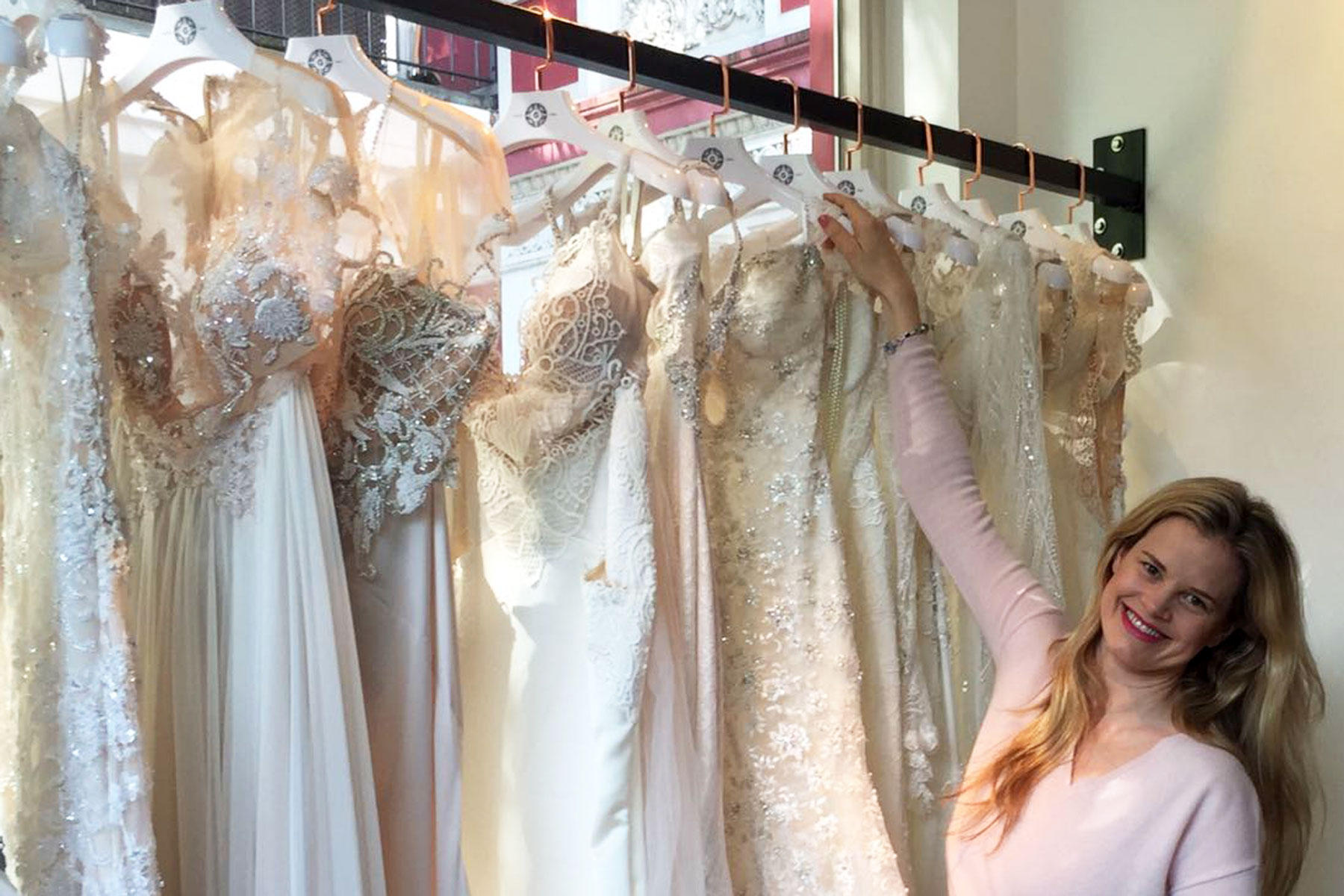 """Sue gerät ins Schwelgen beim Brautmoden-Geschäft """"Galia Lahav"""" im feinen Stadtteil Pöseldorf."""