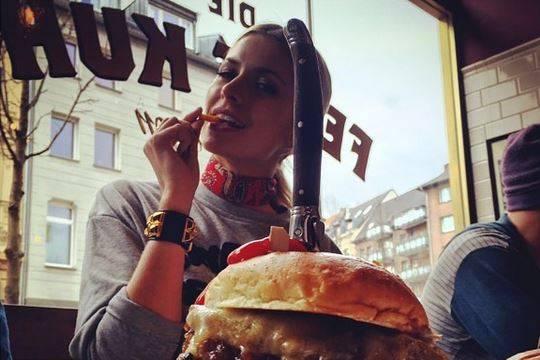 Lena Gercke beim Burger-Essen