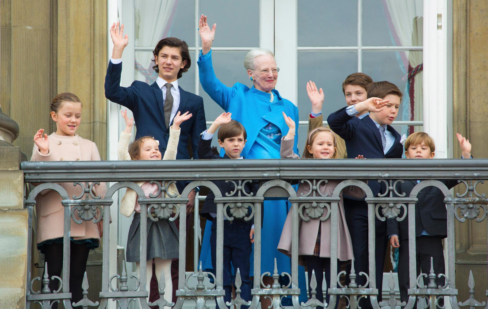 Sieben von acht Enkelkindern von Königin Marethe kriegen wohl, wenn sie erwachsen sind, keine Apanage. Das heißt für Isabella, Athena, Henrik, Josephine, Vincent, Felix und Nicolai also, sie werden sich im normalen Berufsleben bewähren müssen.