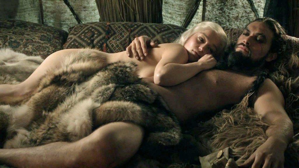 Daenerys Targaryen (Emilia Clarke) und Khal Drogo (Jason Momoa)