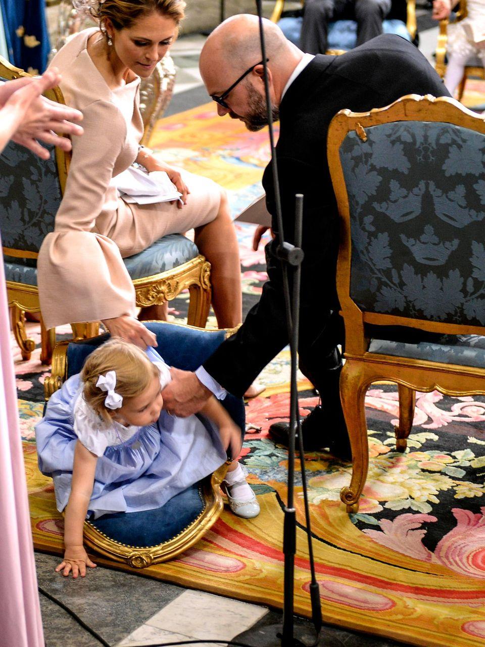 Leonore will unbedingt sehen, was hinter ihr passiert: Da fällt sie mit dem Mini-Stuhl um.