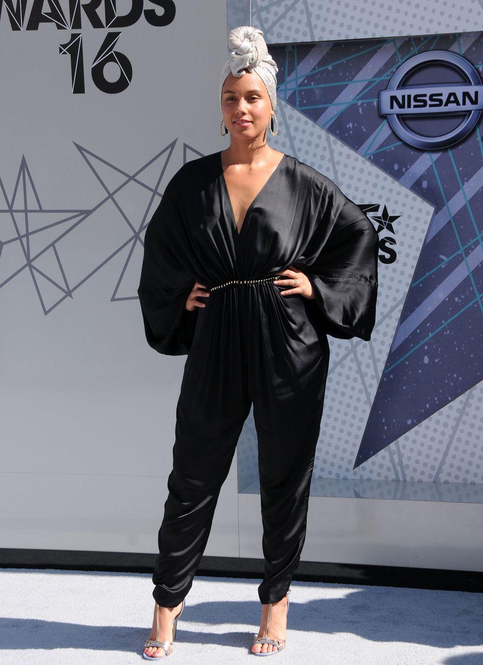 """Wunderschön: Mit Charisma und Ausstrahlung zeigt sich Alicia Keys auf den """"Bet Awards 2016"""" ungeschminkt und stylisch."""