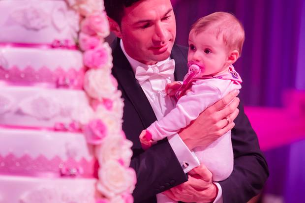 Gemeinsam mit Papa Lucas bestaunt die kleine Sophia die pinke Hochzeitstorte.