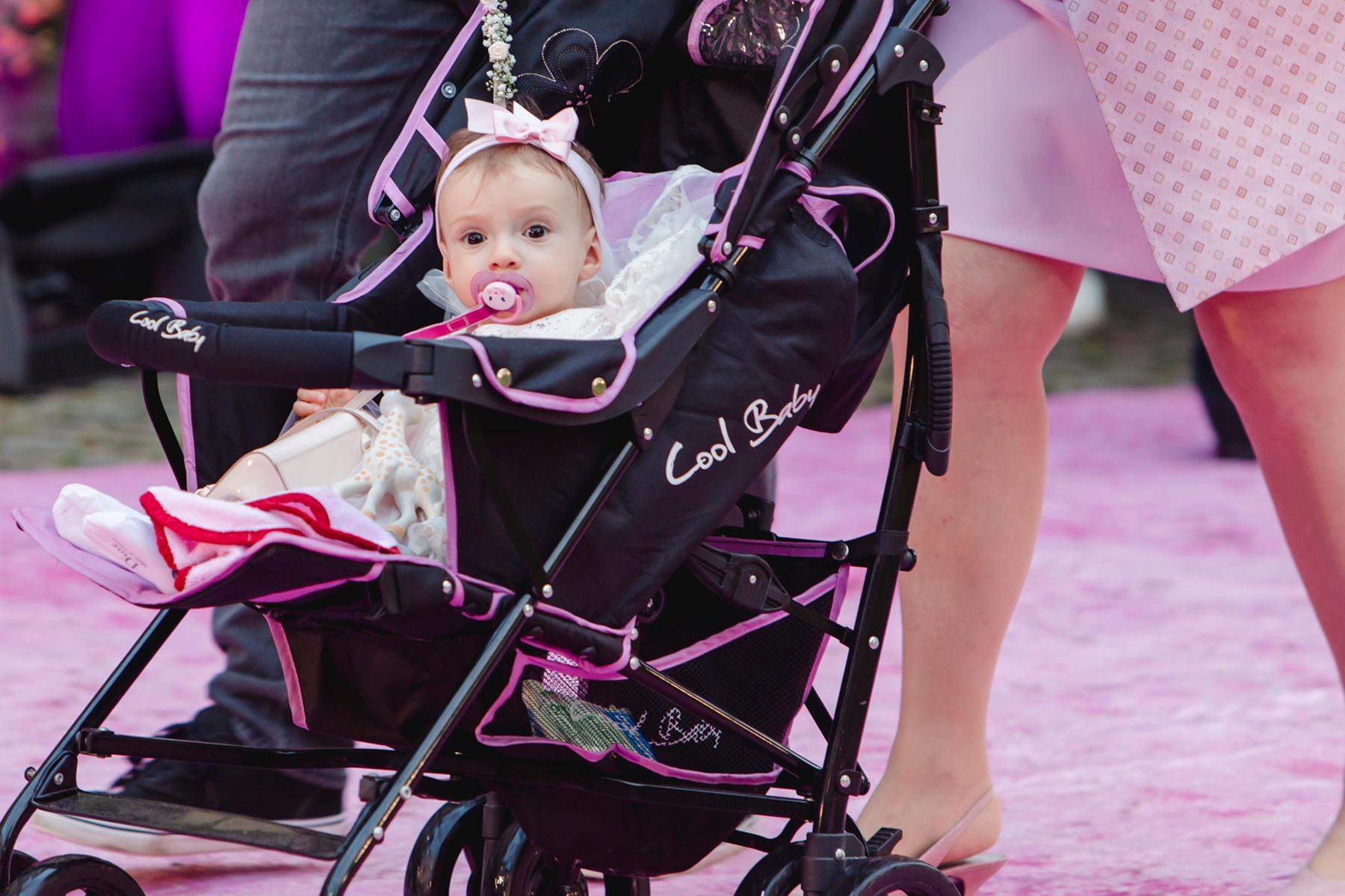 Baby cool: Top gestylt und tiefenentspannt wird Sophia in ihrem Kinderwagen in die Kirche kutschiert.