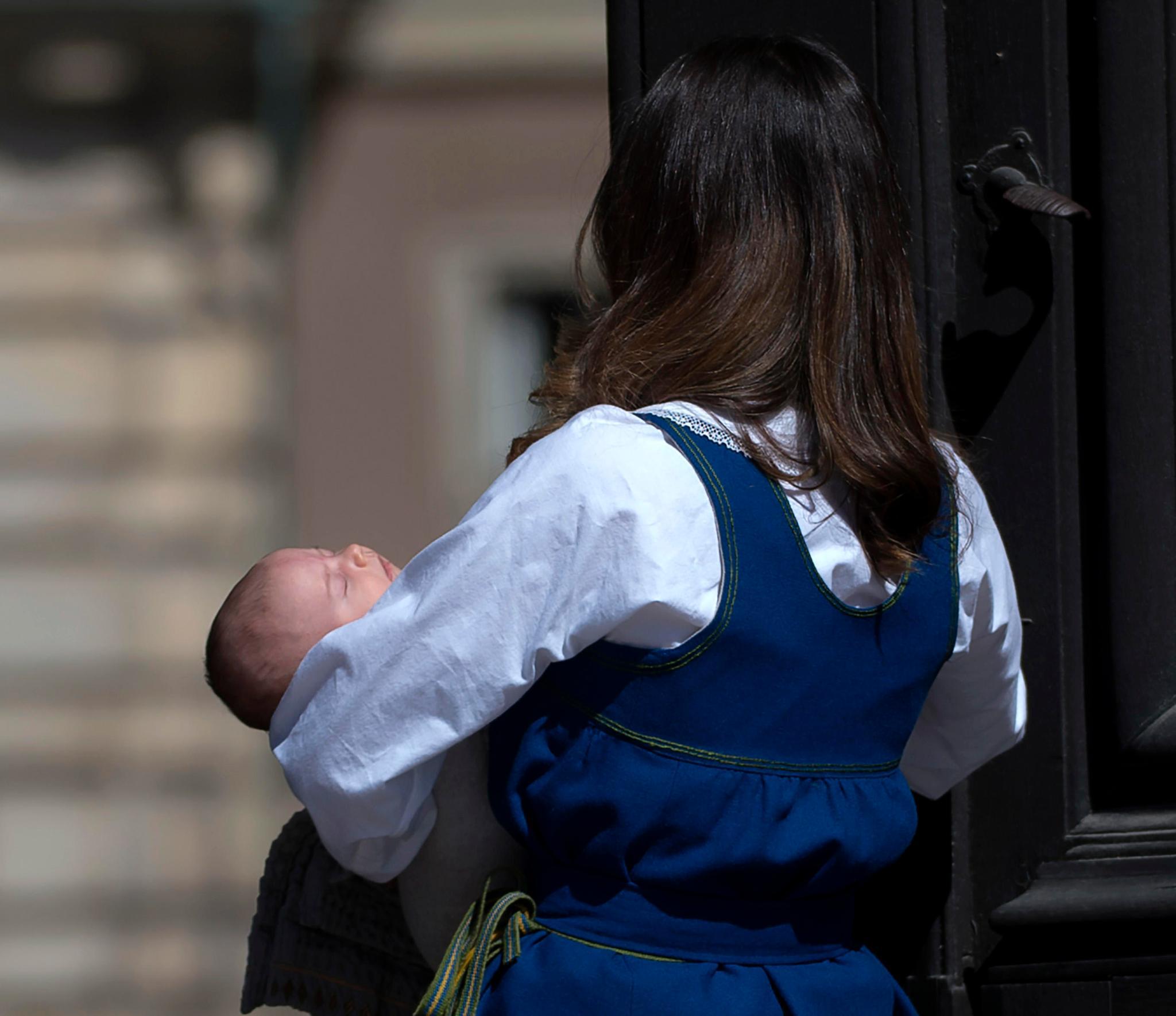So süß: Prinz Alexander verschlief seinen ersten offiziellen Auftritt auf Mama Sofias Armen