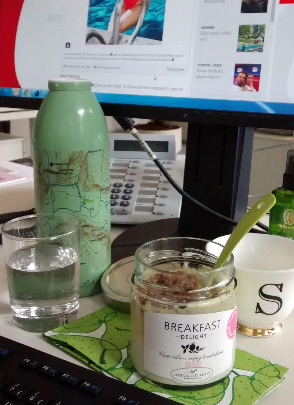Mit dem Fahrrad an der Elbe entlang zum Verlag brausen und dann am Schreibtisch frühstücken. Den Soja-Joghurt mit Mangopüree und Crunchy-Granola kann man im Schraubglas gut mitnehmen.