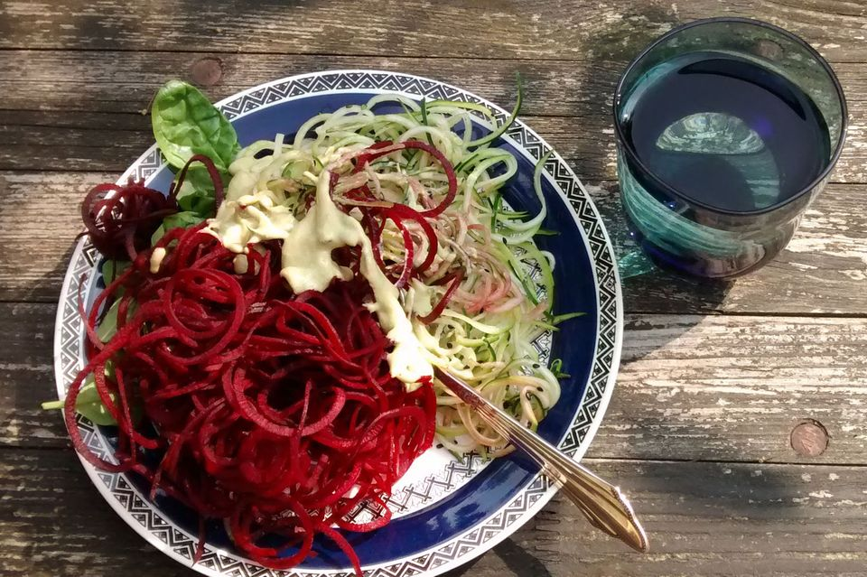 Meine Lieblings-Mahlzeit: Rote-Beete-Zucchini Spirelli-Salat mit Seegras & Ingwer.