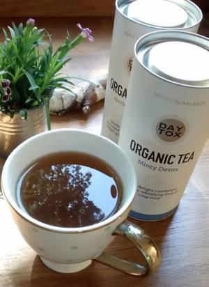 """Natürlich trinke ich nur Wasser und basischen Kräutertee während meiner Clean-Eating-Erfahrung. Besonders gerne mag ich den """"Mint Tea"""" von Daytox, einer Serie mit Pflegeprodukten von Kopf bis Fuß."""